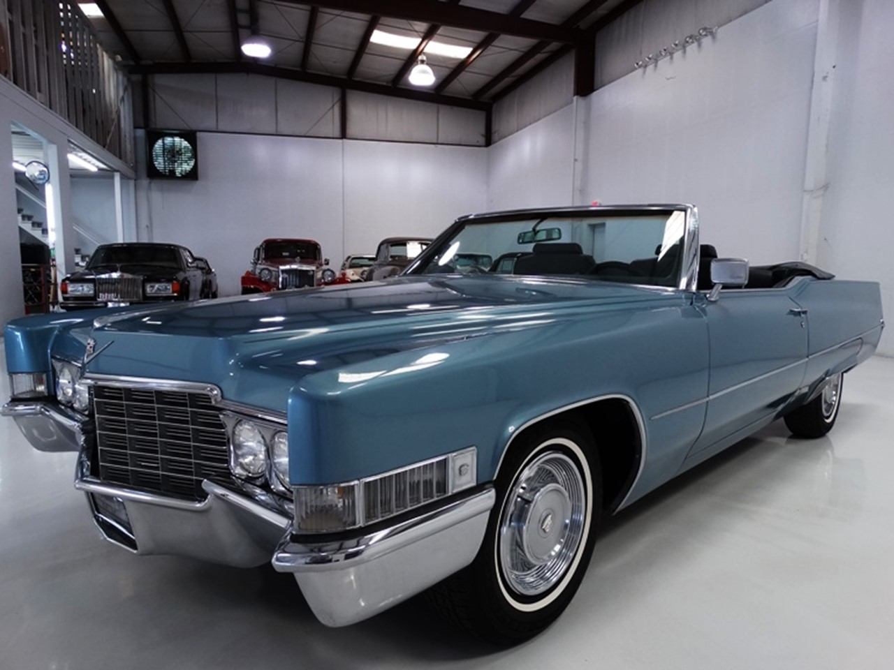 the classic cadillac deville convertibles motor 39 s master. Black Bedroom Furniture Sets. Home Design Ideas
