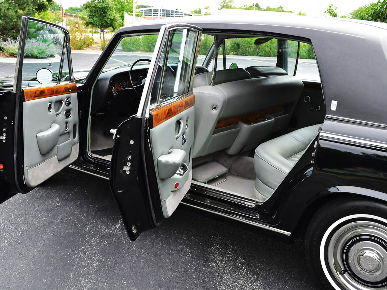 Long Wheelbase saloon with power glass division